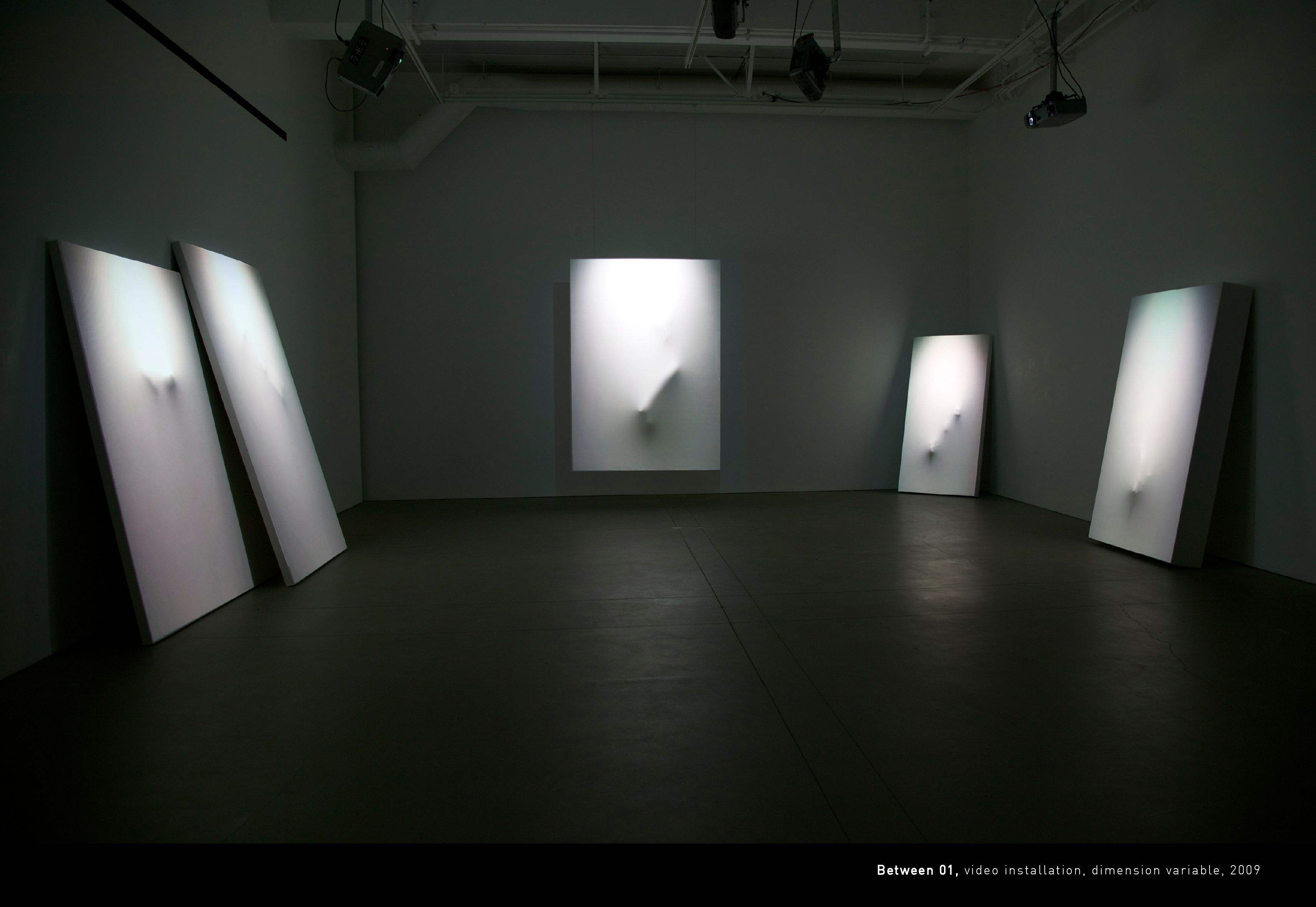 Between01, projection mapping installation, dimension variable, 2009 (Broad Art Center, LA, USA). 2009년 공근혜갤러리에서 열린 첫번째 개인전에서 이 작업을 선보였다.